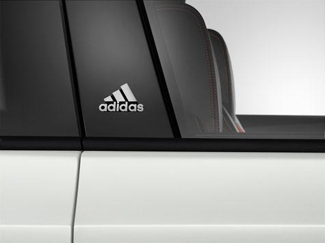 Adidas-Emblem auf B-Säule