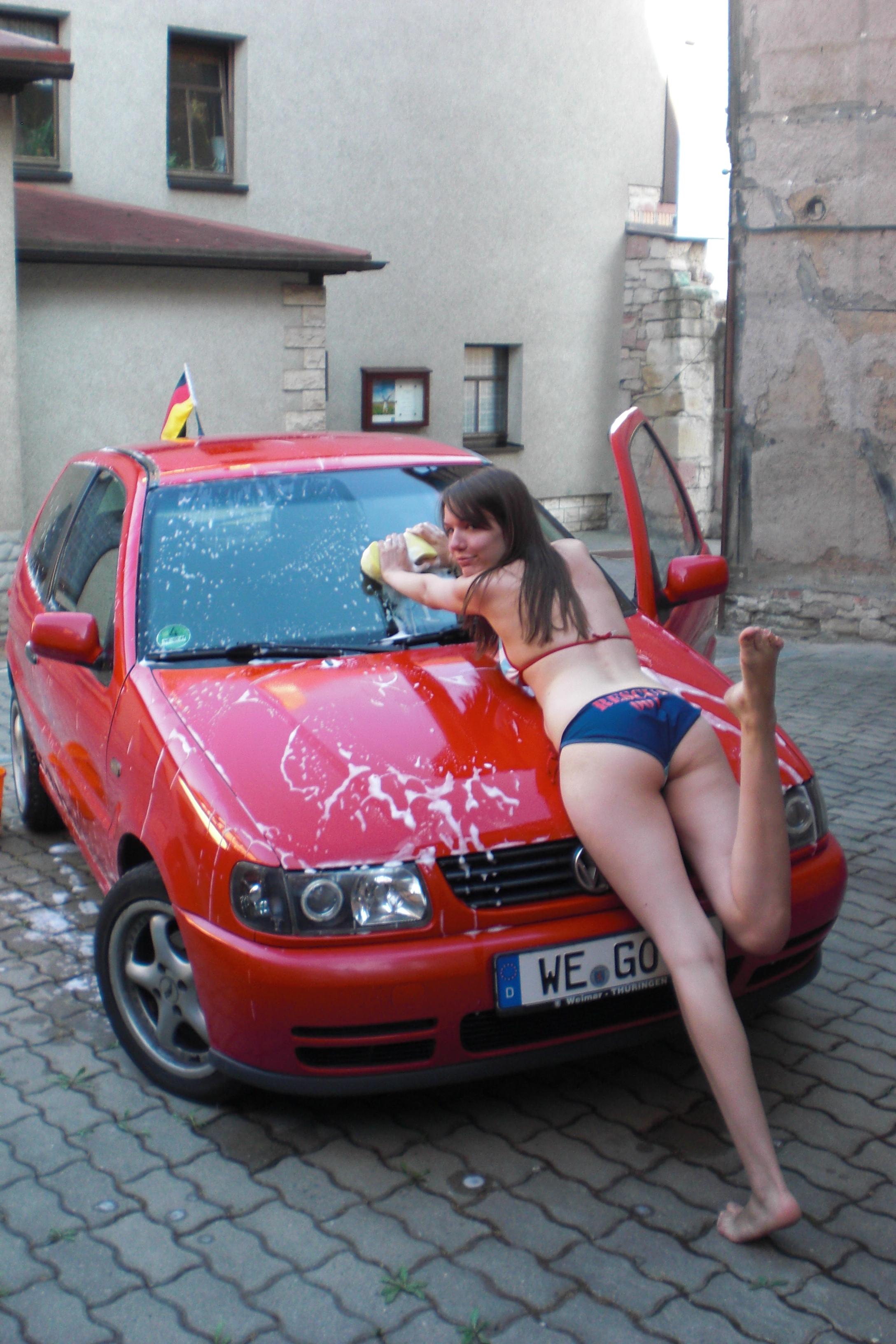 Autos und nackte Frauen