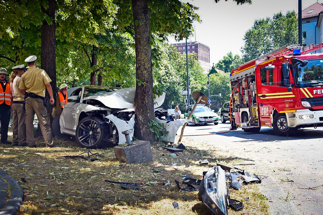 bmw m4 crash unfall in m nchen bmw m4 f82 coupe. Black Bedroom Furniture Sets. Home Design Ideas