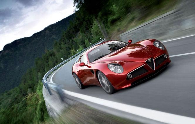 Im Alfa Romeo 8C Competizione arbeitet ein 4,7-Liter-V8 von Ferrari.