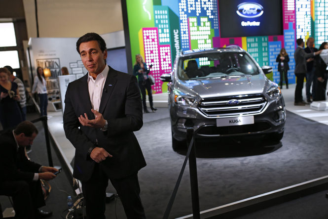 Ford CEO Mark Fields und der geliftete Kuga auf dem Mobile World Congress in Barcelona