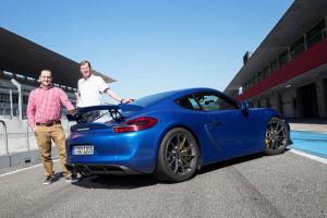MOTOR-TALK-Redakteur Philipp Monse und Walter Röhrl mit dem Cayman GT4