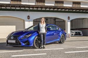 Lexus RC F und MOTOR-TALK-Redakteurin Sabine