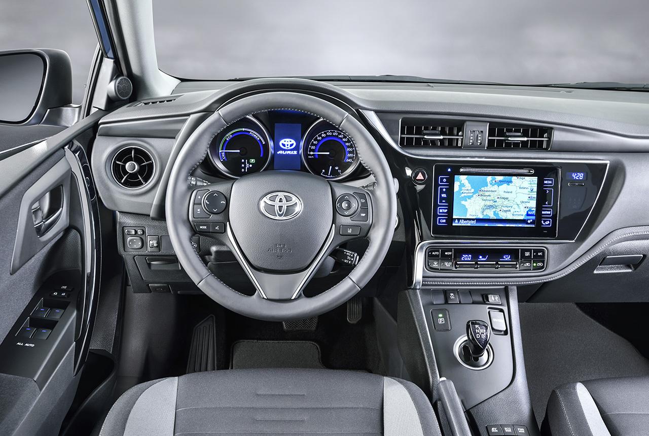 Toyota auris facelift premiere in genf toyota auris 2 e18 for Interieur yaris 2015