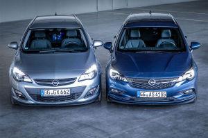 Zweimal Opel Astra Sports Tourer von vorn: Links der Astra J, rechts der Astra K
