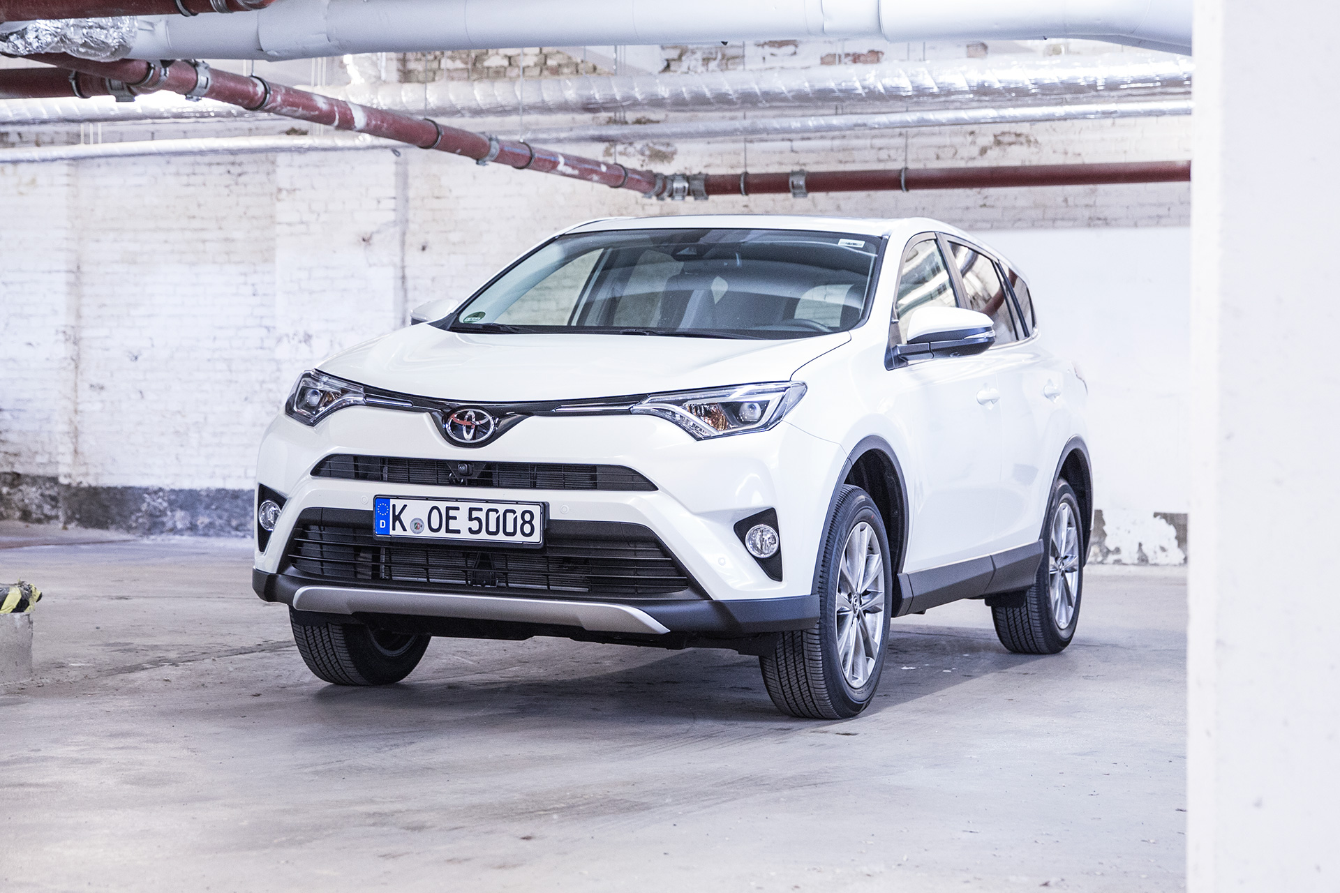 test toyota rav4 hybrid und benziner im vergleich. Black Bedroom Furniture Sets. Home Design Ideas