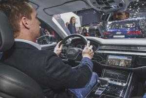 Digitale Instrumente und ein 10,1-Zoll-Touchdisplay für das Infotainmentsystem sind im Audi A8 serienmäßig