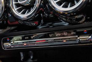 Angenehm: Die Klimatisierung wird weiterhin mit Knöpfen reguliert, die gestaltet Mercedes jedoch komplett neu