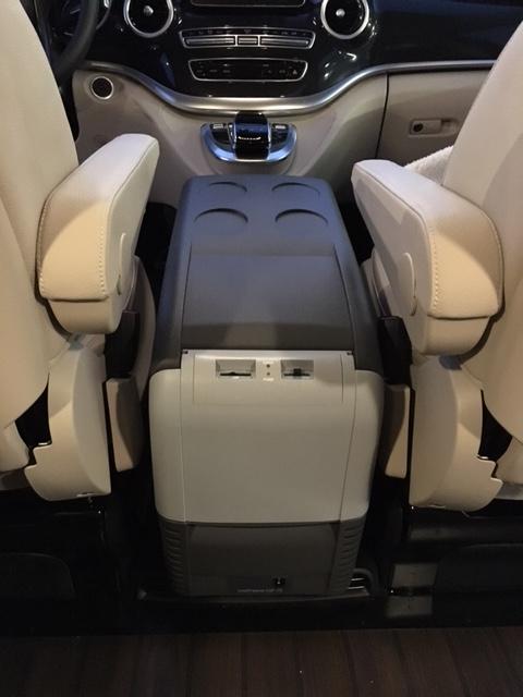 cdf26 1 k hlbox zwischen fahrer und beifahrersitz. Black Bedroom Furniture Sets. Home Design Ideas