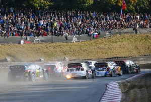 Die Autos der Rallycross WM werden von aufgeladenen 2,0-Litern angetrieben. Gelegentlich sieht man am Heck der 550-PS-Wagen Turbofeuer leuchten