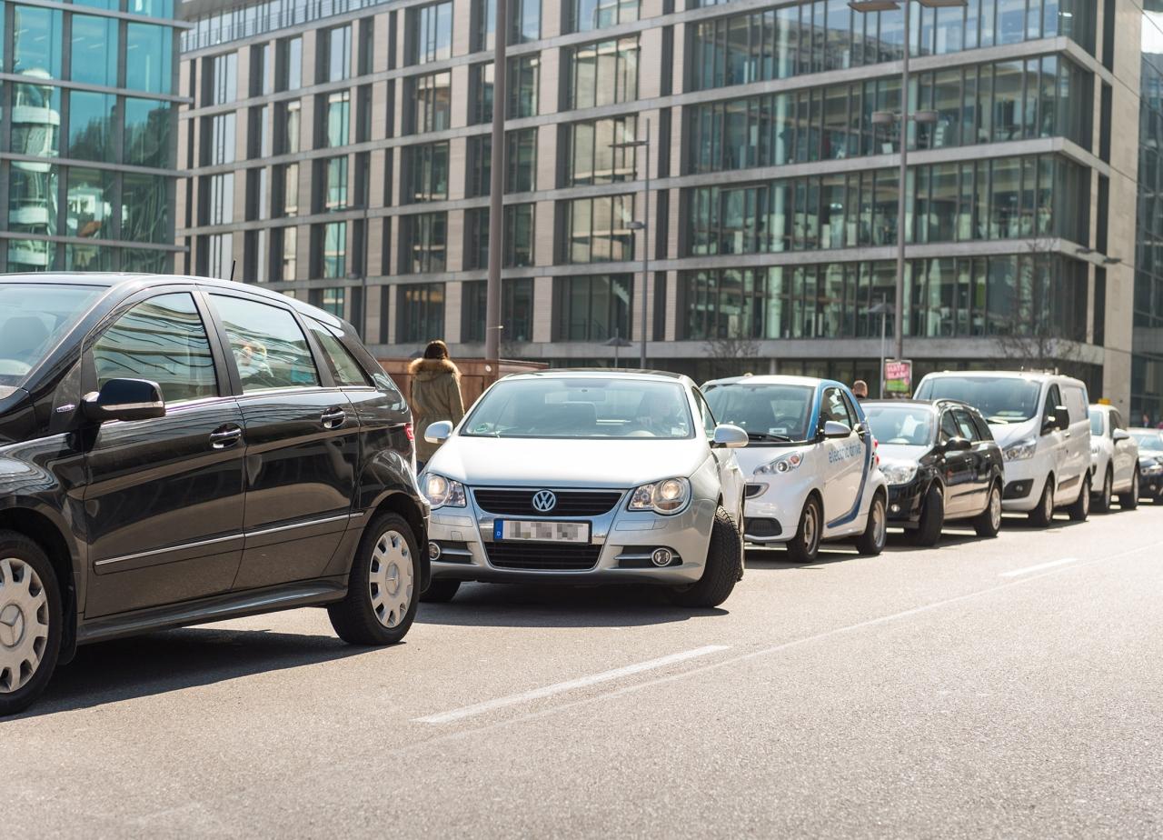 Berliner suchen im Jahr 62 Stunden einen Parkplatz