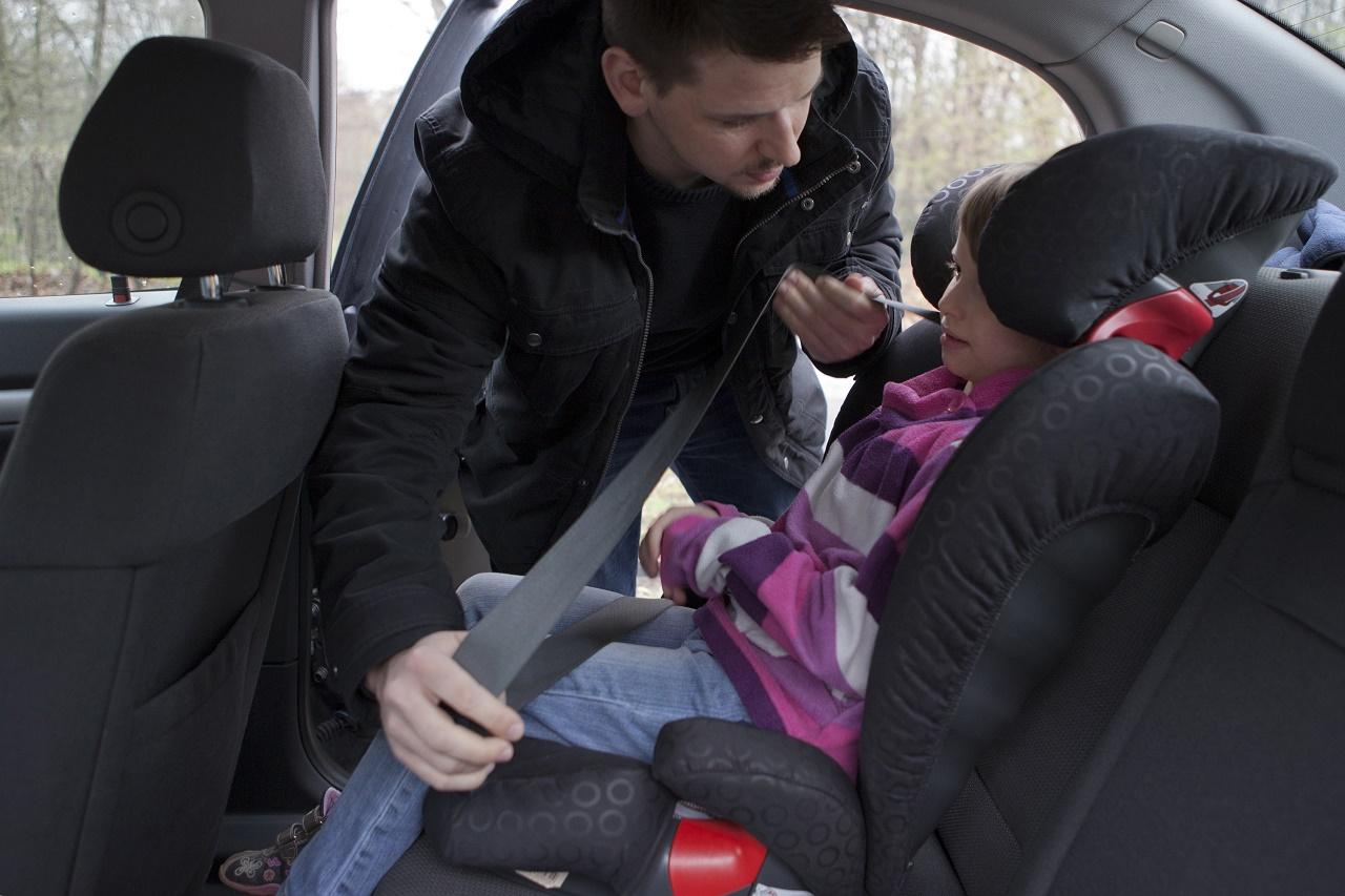 kinder im auto richtig sitzen und anschnallen ratgeber. Black Bedroom Furniture Sets. Home Design Ideas